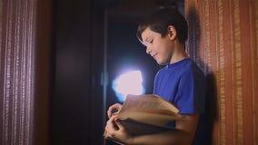 Het boek van de het onderwijslezing van de tienerjongen is muur binnen stock footage