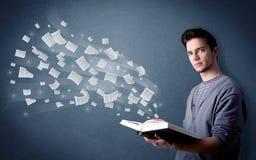 Het boek van de jonge mensenholding Stock Foto