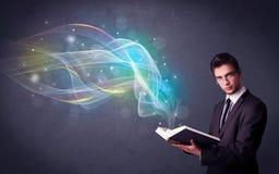 Het boek van de jonge mensenholding met golven Stock Afbeelding