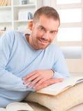 Het boek van de jonge mensenlezing Stock Foto