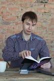 Het boek van de jonge mensenlezing Stock Foto's