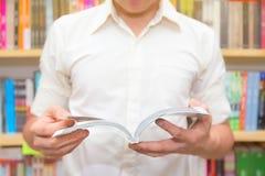 Het Boek van de jonge Mensenlezing in Bibliotheek Stock Afbeeldingen