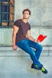 Het boek van de jonge Mensenlezing buiten in New York Stock Afbeelding
