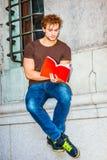 Het boek van de jonge Mensenlezing buiten in New York Stock Afbeeldingen