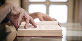 Het boek van de jonge mensenlezing, die op de lijst leren Stock Foto's