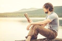 Het boek van de jonge Mensenlezing openlucht Stock Afbeelding