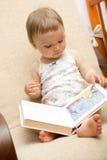 Het boek van de lezing royalty-vrije stock afbeelding