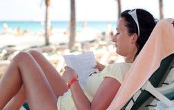 Het boek van de lezing op het strand Stock Fotografie