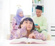 Het boek van de lezing thuis. Royalty-vrije Stock Foto's
