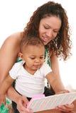 Het Boek van de Lezing van de Jongen van de moeder en van de Baby samen Stock Foto
