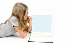Het Boek van de Lezing van het meisje stock foto