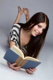Het Boek van de Lezing van het meisje stock afbeeldingen