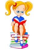 Het boek van de meisjeslezing Royalty-vrije Stock Afbeeldingen