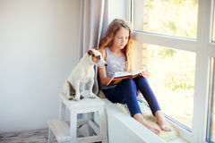 Het Boek van de meisjeslezing thuis Stock Afbeeldingen