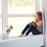 Het Boek van de meisjeslezing thuis Stock Foto's