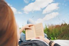 het boek van de meisjesLezing zonnige ochtend Stock Foto's