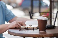 Het boek van de mensenlezing met koffie of thee Stock Afbeeldingen