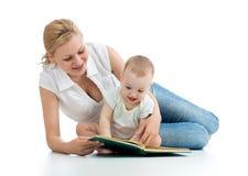 Het boek van de moederlezing aan baby Royalty-vrije Stock Foto's