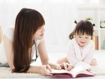 Het boek van de moederlezing aan dochter stock foto's