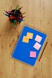 Het boek van de nota en potloden Stock Afbeeldingen