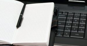 Het boek van de nota ligt op toetsenbord Royalty-vrije Stock Fotografie