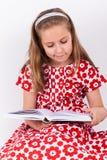 Het boek van de schoolmeisjelezing Stock Foto
