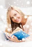 Het boek van de vrouwenlezing Stock Fotografie