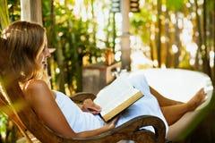 Het boek van de vrouwenlezing in buitenbadkamers Royalty-vrije Stock Foto's