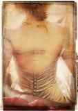 Het boek van Grunge dat met vrouw wordt uitgespreid Royalty-vrije Stock Foto's