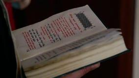 Het boek van het priester` s bureau stock video