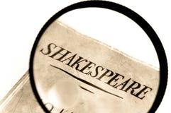 Het Boek van Shakespeare onder Vergrootglas Stock Afbeelding