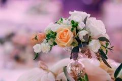 Het boeket bloeit decoratie toenam witte room royalty-vrije stock afbeeldingen
