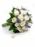 Het boeket en de ringen van het huwelijk Royalty-vrije Stock Foto