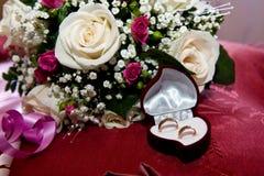 Het boeket en de Trouwringen van het huwelijk Royalty-vrije Stock Fotografie