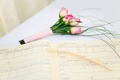 Het boeket en het register van het huwelijk royalty-vrije stock foto