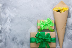 Het boeket gele chrysanten van de giftdoos op grijze concrete backgrou Royalty-vrije Stock Afbeeldingen