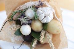 Het boeket kleurt handvruchten vegatables achtergrondbank Stock Foto
