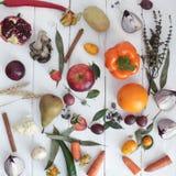 Het boeket kleurt handvruchten vegatables achtergrondbank Royalty-vrije Stock Foto