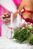 Het boeket van bloemen en de kaarsen zijn op lijst stock foto