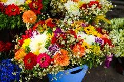 Het boeket van bloemen schikt voor decoratie in huis Stock Foto's