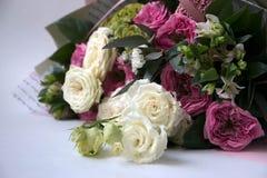 Het boeket van de bloemverjaardag, op een witte achtergrond stock foto