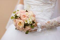 Het boeket van de bruid op de achtergrond van de kleding Stock Foto