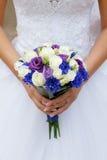 Het boeket van de bruid op de achtergrond van de kleding Stock Foto's