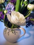 Het boeket van de lente met nadruk op ranunculus Stock Afbeelding