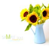Het boeket van de zonnebloem in email blauwe kruik stock afbeelding