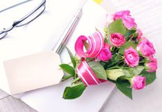 Het boeket van groetbloemen huidig met markering Stock Foto's
