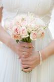 Het boeket van het huwelijk bij de handen van de bruid Royalty-vrije Stock Foto's