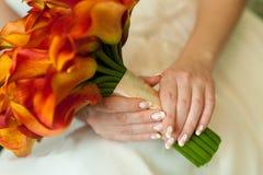 Het boeket van het huwelijk in bruidenhanden Stock Fotografie