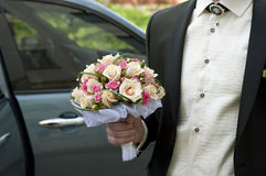Het Boeket van het huwelijk in de Hand van een Bruidegom Stock Foto