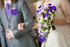 Het boeket van het huwelijk in handen van bruid Royalty-vrije Stock Fotografie